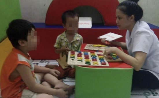 Giáo viên dạy trẻ tự kỷ