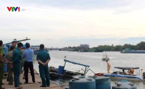 Khẩn trương bơm hút hóa chất trên thuyền chìm dưới sông Đồng Nai