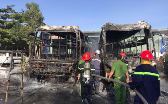 Xe khách bốc cháy khi đang đậu đỗ trong bến xe Đà Nẵng