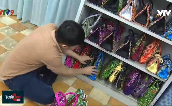 Thầy giáo xác lập kỷ lục Việt Nam với túi xách làm từ... vỏ mì gói