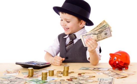 Nên hay không cho con tiếp xúc với tiền từ sớm?