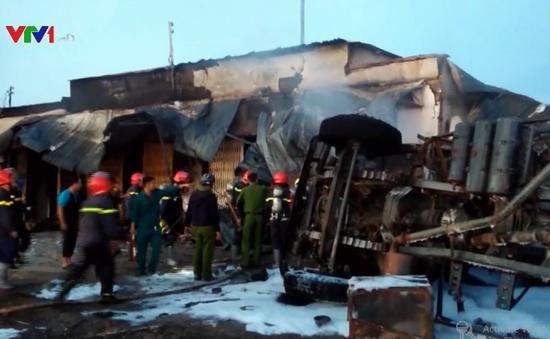 Bình Phước: Xe bồn chở xăng tông trụ điện gây cháy 19 nhà dân, 6 người chết