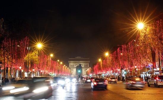 Paris (Pháp) thắp sáng đại lộ Champs Élysées chào Giáng sinh