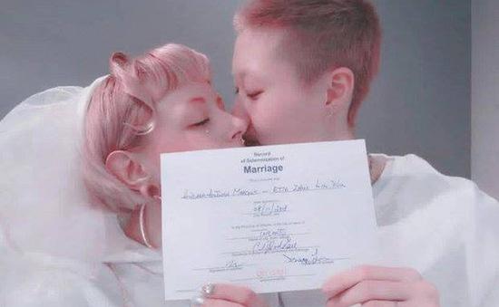 Con gái Thành Long khoe đăng ký kết hôn với bạn gái