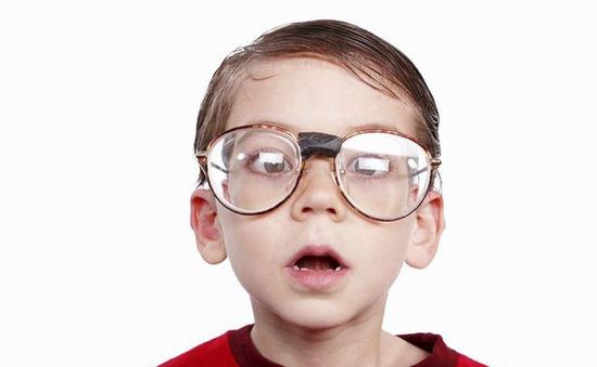 Để tốt cho thị lực, trẻ em cần được ra ngoài nhiều hơn