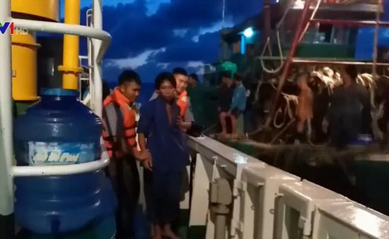 Cấp cứu kịp thời ngư dân bị tai nạn trên biển