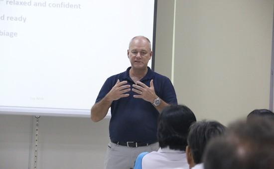 Trọng tài đai vàng của ITF tập huấn nâng cao trình độ cho trọng tài Việt Nam