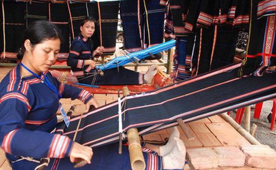 Trình Diễn Nghệ Thuật Tạc Tượng, Đan Lát, Dệt Thổ Cẩm