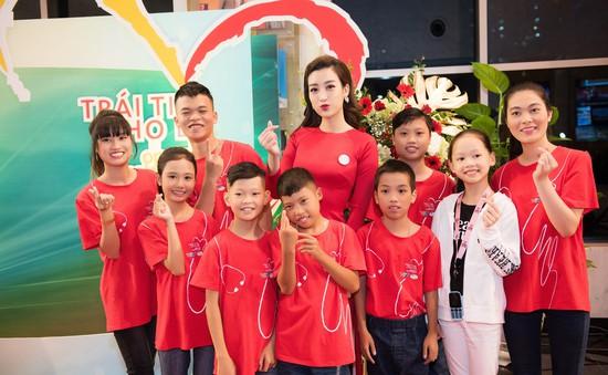 Hoa hậu Đỗ Mỹ Linh rạng ngời bên các em nhỏ trong Gala 10 năm Trái tim cho em
