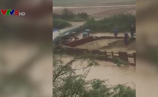Ghe hút cát trộm trong mưa đâm vào cầu dân sinh ở Đại Lộc (Quảng Nam)