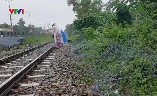 Dùng rọ đá gia cố sạt lở, thông tuyến đường sắt qua Đà Nẵng