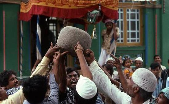 """Thực hư """"hòn đá biết bay"""" nặng 90kg và """"câu thần chú"""" kỳ lạ"""