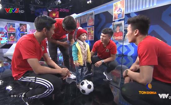 Trước giờ ra sân, các cầu thủ Việt Nam mang điều ước đến cho cậu bé 4 tuổi bị u não