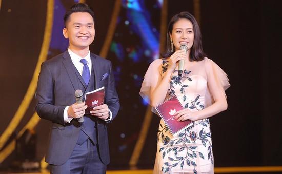 MC Phí Linh khoe vóc dáng mảnh mai bên cạnh bạn dẫn Hạnh Phúc