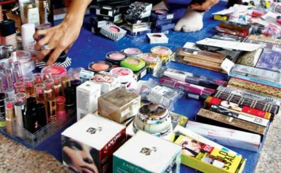 Hà Tĩnh: Tiêu hủy hàng trăm sản phẩm mỹ phẩm quá hạn sử dụng