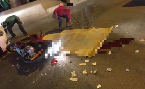 Hà Nội: Va chạm với xe con, cô gái trẻ bị xe bus cán tử vong