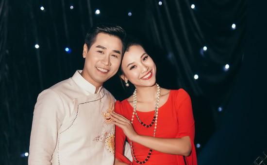 """Hoàng Oanh gợi cảm, """"tình tứ"""" bên MC Nguyên Khang"""