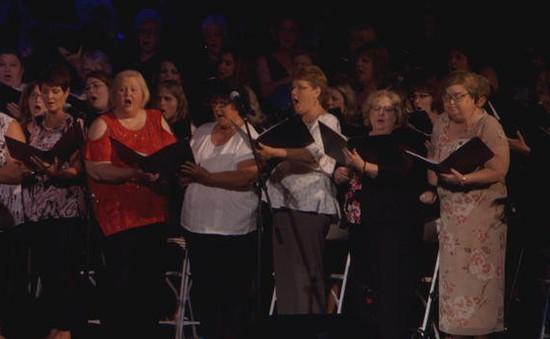 Mỹ: 300 cựu học sinh cùng hòa ca tri ân thầy giáo