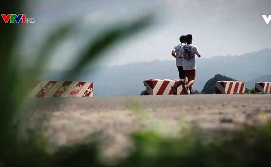 Chàng trai khiếm thị chinh phục đường chạy 21km ở Hà Giang