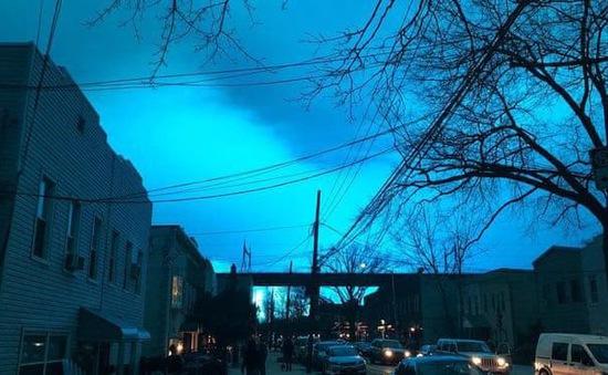 Dân Mỹ hoảng loạn khi trời đêm bất ngờ biến thành màu xanh lét