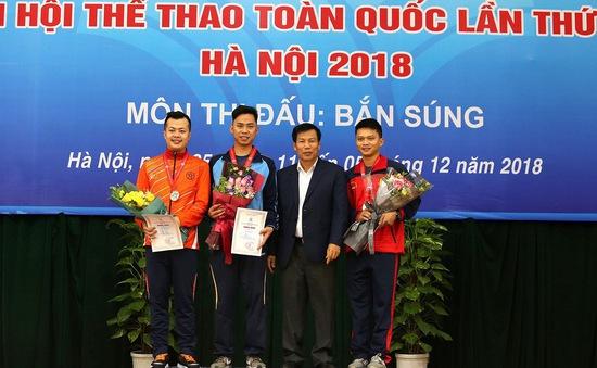 Bộ trưởng Nguyễn Ngọc Thiện trao thưởng cho các huy chương Bắn súng