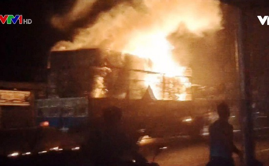 Bình Thuận: Xe tải bốc cháy ngùn ngụt khi đang chạy