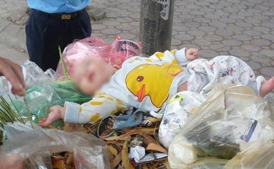 Xót xa bé trai sơ sinh bị bỏ lại trên xe rác