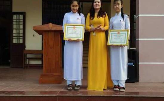 Khen thưởng 4 học sinh nhặt được của rơi trả lại cho người mất