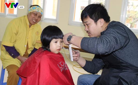 Cắt tóc tình nguyện cho bệnh nhân đón Tết