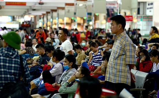 """Hành khách """"vạ vật"""" chờ đợi về quê ở bến xe Miền Đông, TP.HCM"""