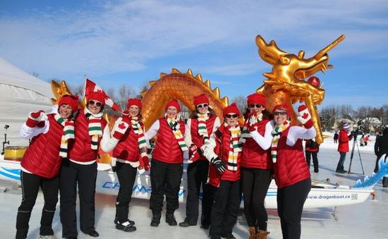 Cuộc thi đua thuyền rồng trên băng tại Canada