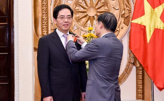 Trao tặng Huân chương Hữu nghị cho Đại sứ nước CHND Trung Hoa Hồng Tiểu Dũng