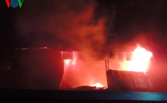 Cháy lớn ở trung tâm buôn bán sầm uất của thành phố Kon Tum