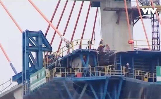 Gần 100 cán bộ, lao động tại công trình xây dựng cầu Bạch Đằng không nghỉ Tết