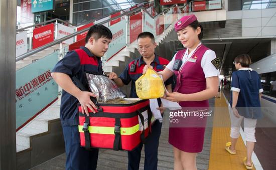 Trung Quốc: Khách đi tàu đường dài có thể đặt thức ăn trực tuyến
