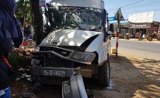 Xe khách bị vỡ đầu, văng bánh khi cố tránh nữ sinh qua đường