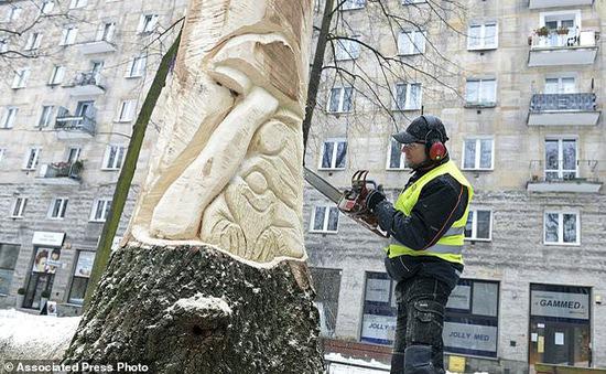Sáng tác tượng điêu khắc từ thân cây