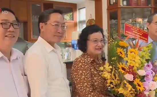 Bí thư Thành ủy TP.HCM thăm, tặng quà gia đình cán bộ ngành y tế