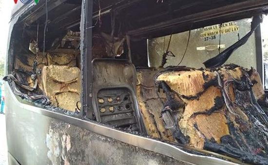 Xe khách bốc cháy dữ dội, hành khách đập cửa thoát thân