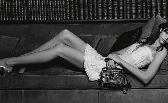 Kaia Gerber khoe chân dài miên man trong quảng cáo của Chanel