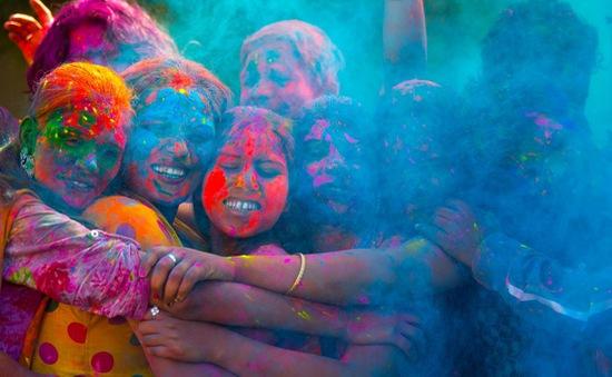 Tưng bừng lễ hội ném bột màu Holi ở Ấn Độ