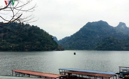 """Cảnh đẹp """"khó hững hờ"""" ở hồ Ba Bể trong tiết trời xuân"""