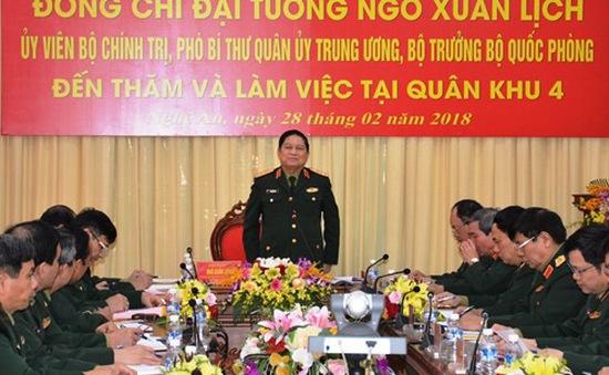 Đại tướng Ngô Xuân Lịch thăm và làm việc tại Bộ tư lệnh Quân khu 4