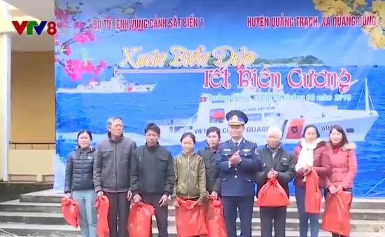 Cảnh sát biển tặng quà tết cho ngư dân Quảng Bình