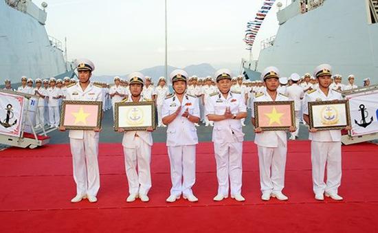 Thượng cờ hai tàu hộ vệ tên lửa Trần Hưng Đạo và Quang Trung