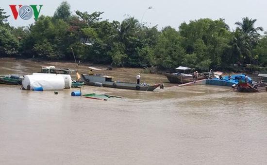 Trục vớt sà lan chìm trên kênh Chợ Gạo