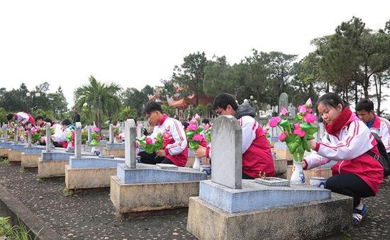 Dâng hoa lên hơn 21.000 phần mộ liệt sỹ tại Quảng Trị