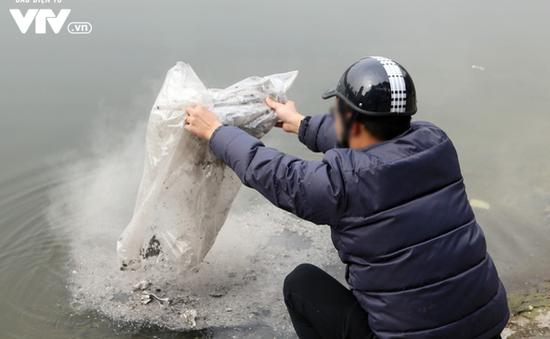 Thả cá chép tiễn ông Táo: Mặt sông hồ nhiều rác, tro hóa vàng