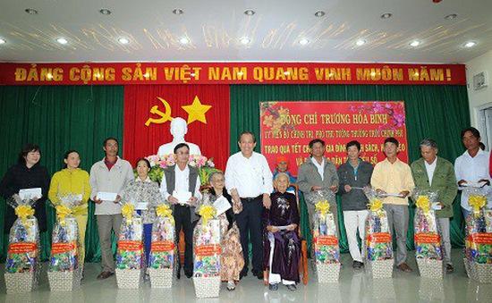 Phó Thủ tướng Trương Hòa Bình thăm, tặng quà cho các gia đình chính sách tỉnh Ninh Thuận, Bình Thuận