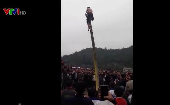 Vụ thanh niên ngã từ ngọn cây xuống đất vì tham gia lễ hội: Bộ VHTT&DL yêu cầu báo cáo